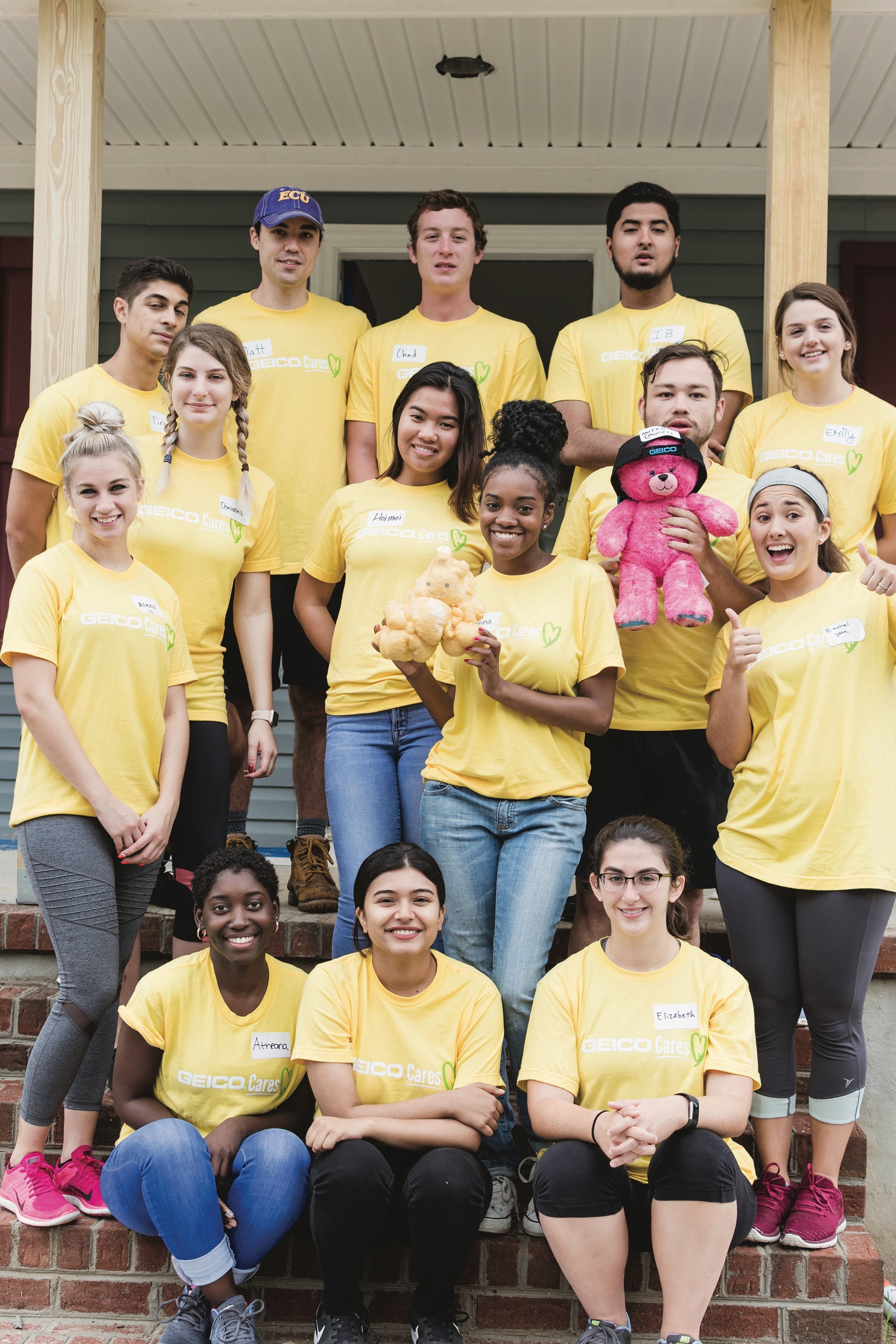 GEICO employees volunteering